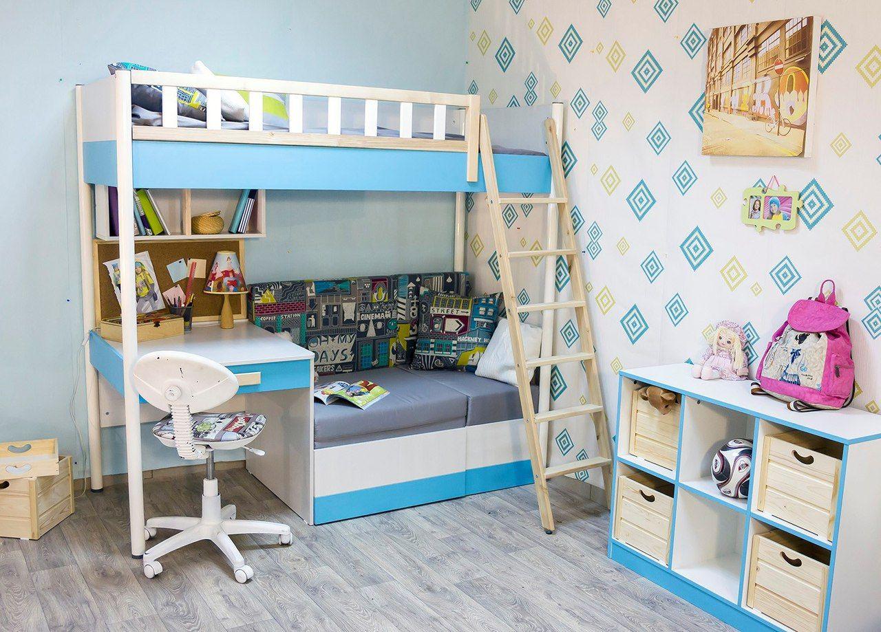детская кровать со столом в интерьере