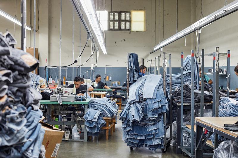 дырки на джинсах на фабрике