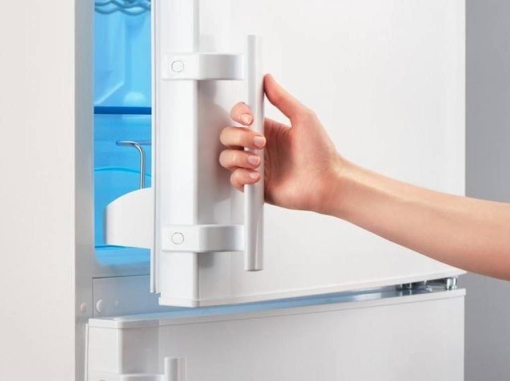 дверца холодильника с ручкой