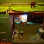кровать-чердак с диваном зеленым