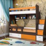 цветная двухъярусная кровать с выдвижными ящиками