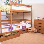 деревянная двухъярусная кровать с выдвижными ящиками