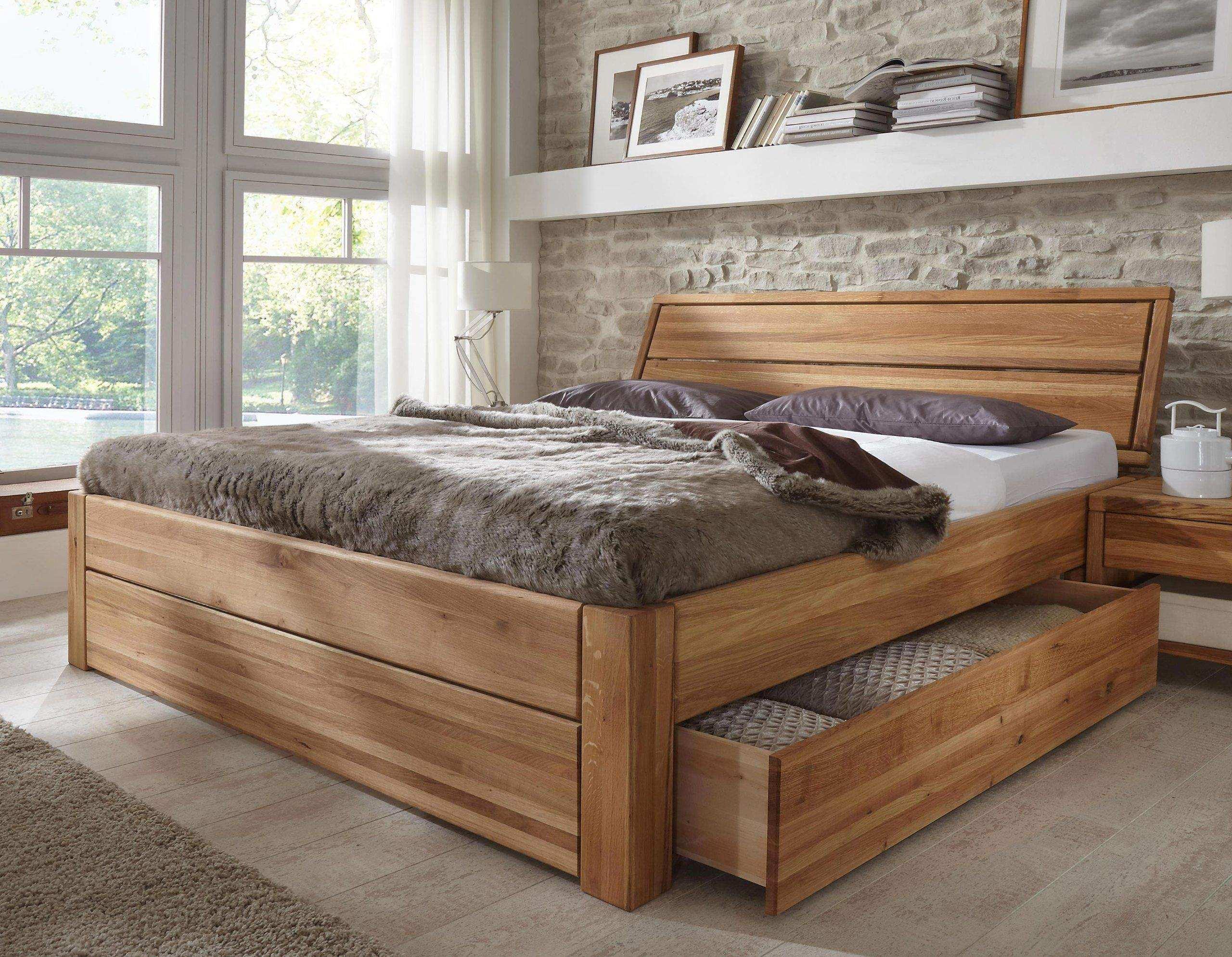 двуспальная кровать из массива дерева
