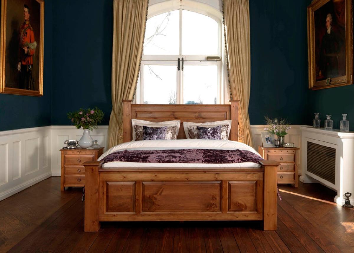 двуспальная кровать из массива в интерьере