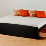 двуспальная кровать с ящиками в интерьере