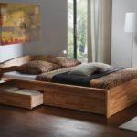 двуспальная кровать с ящиками в дизайне интерьера