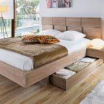 двуспальная кровать с выдвижными шкафчиками