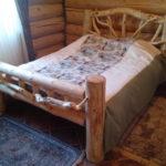 двуспальные кровати из массива дерева варианты декора