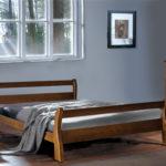двуспальные кровати из массива дерева в спальне