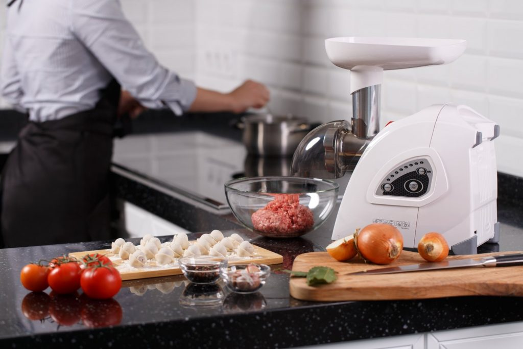 электрическая мясорубка на кухне