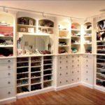 нижние полки в гардеробе для хранения обуви