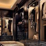 темный шкаф с местом для хранения обуви