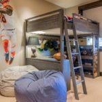 кровать-чердак с пуфами