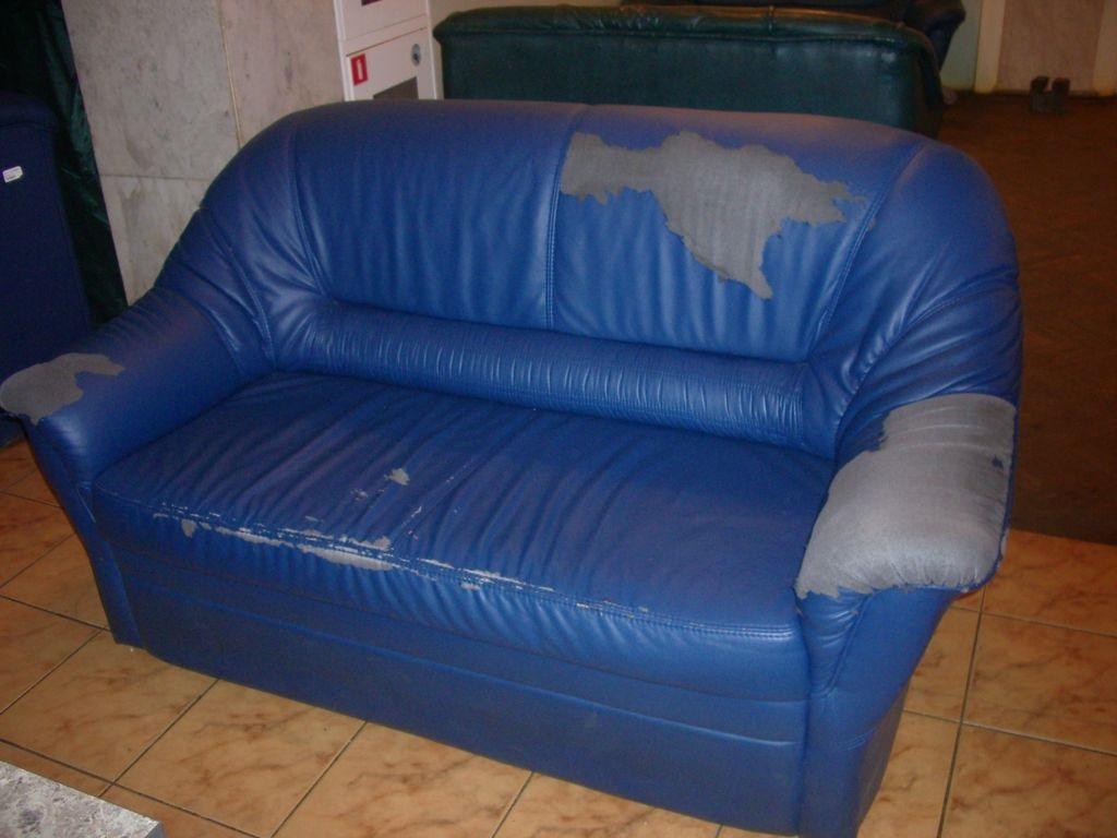 диван с ободраной обивкой