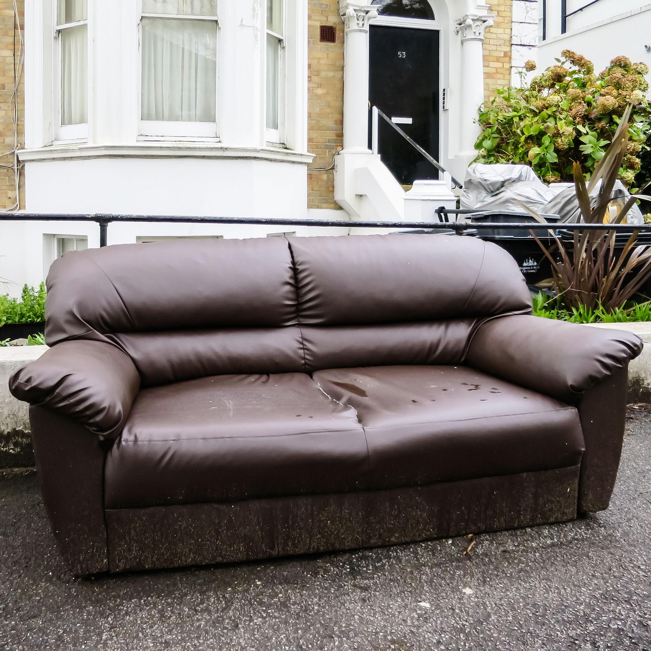 как почистить диван из кожи