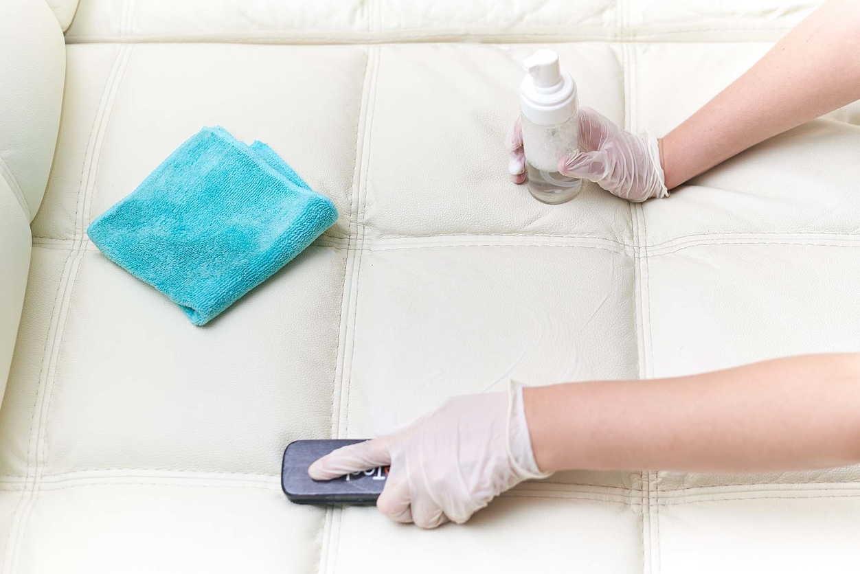 как почистить диван в перчатках