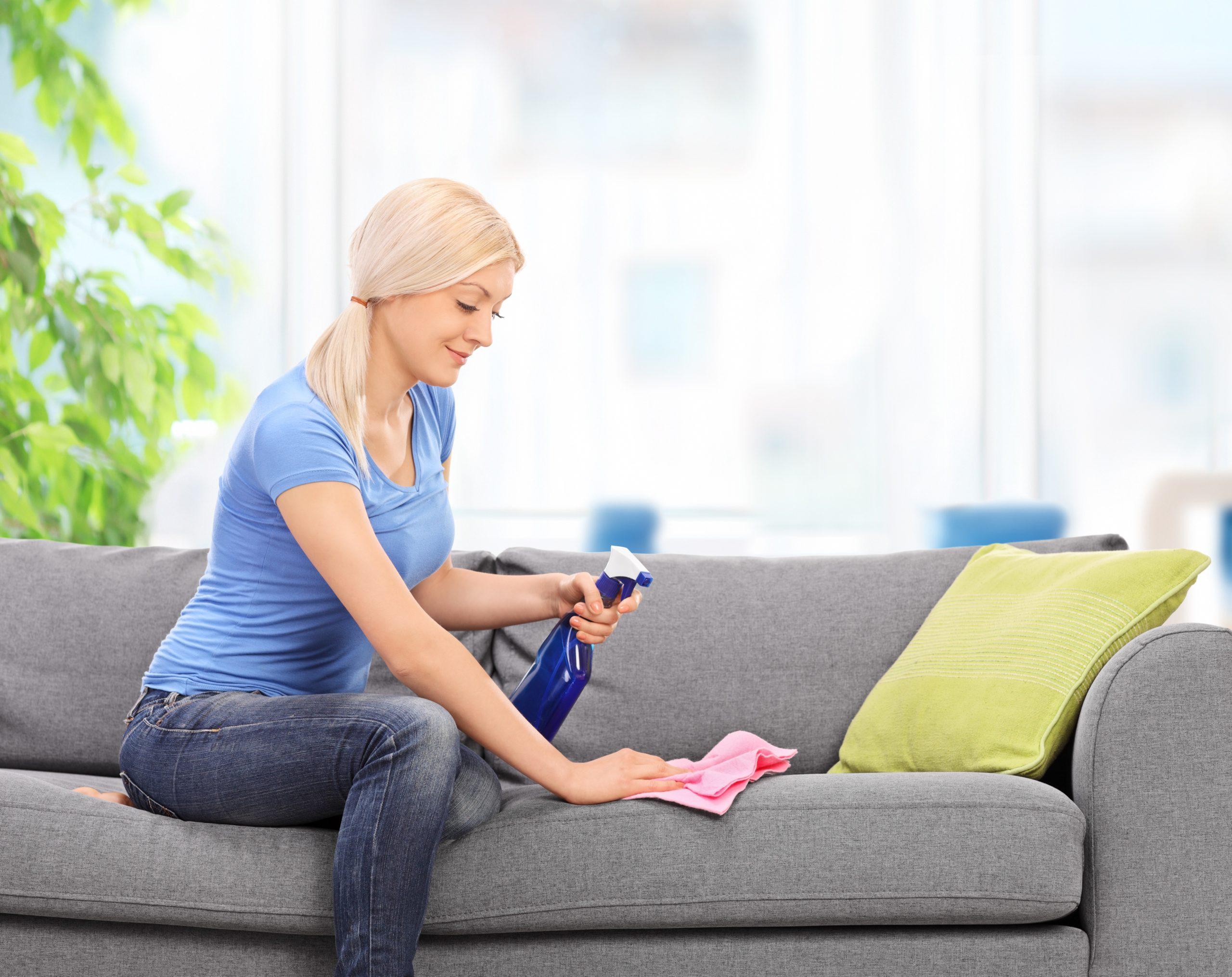 как почистить диван от крови