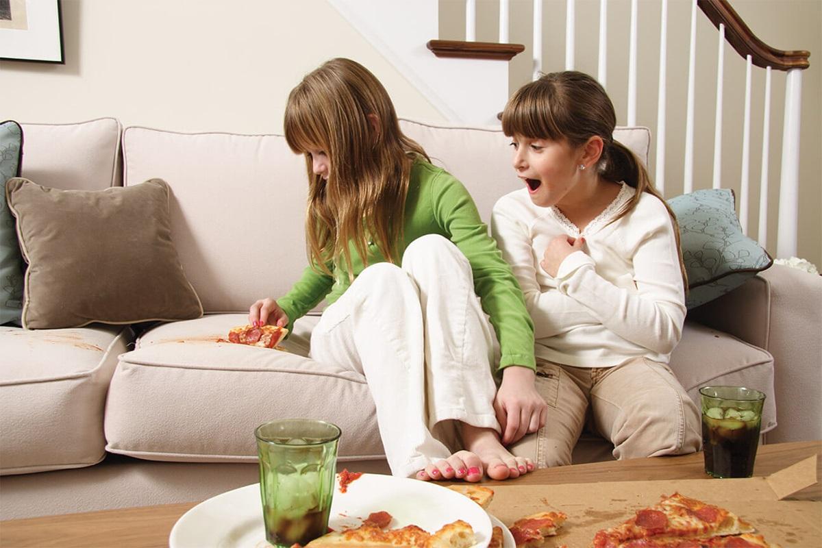 дети запачкали пиццей диван