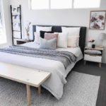 кровать и много подушек