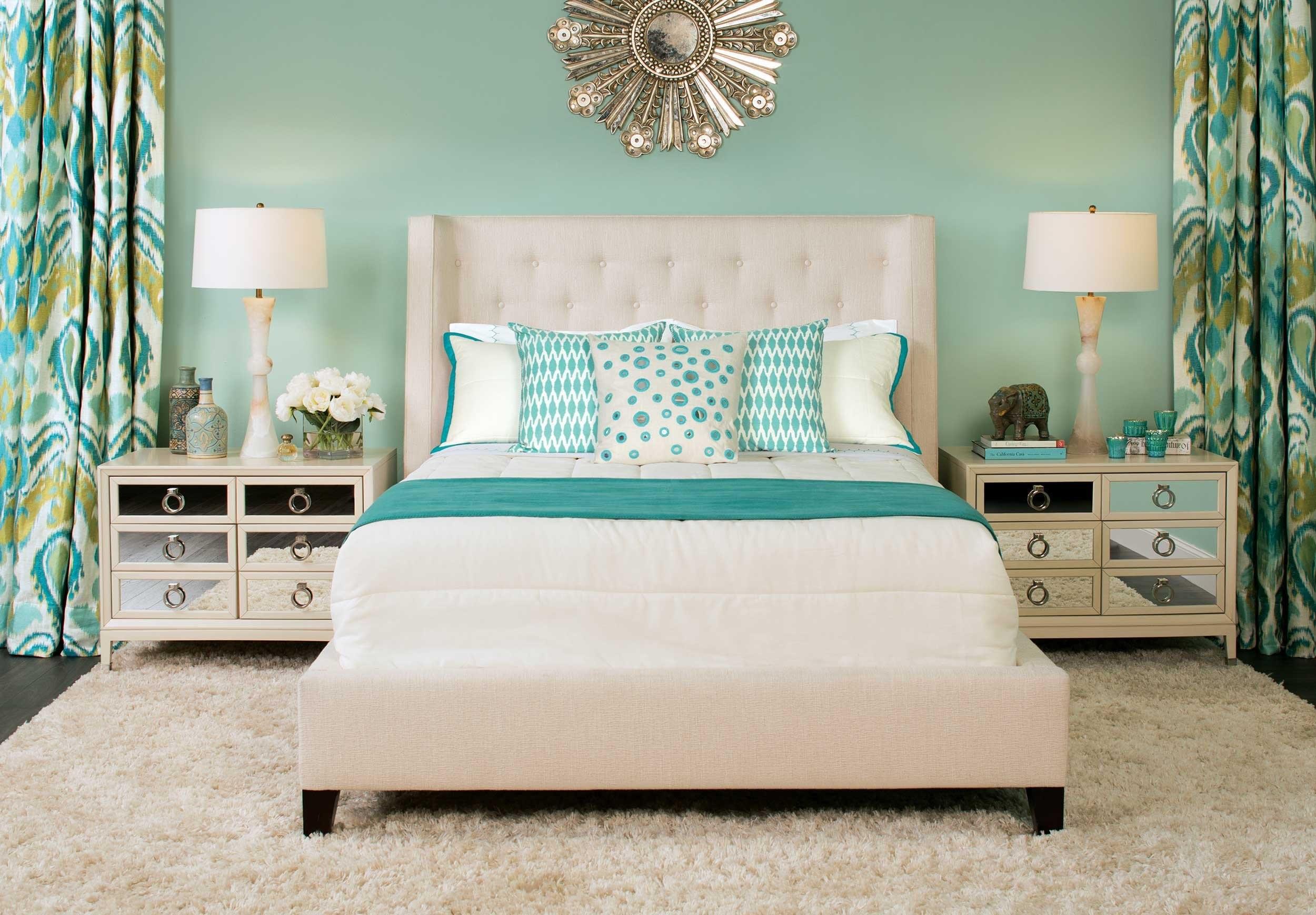 кровать с бирюзовыми подушками