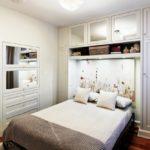 кровать с двумя подушками