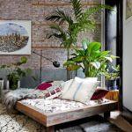 кровать и много цветов
