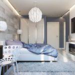 кровать под большой люстрой