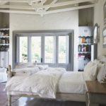 кровать с большим окном