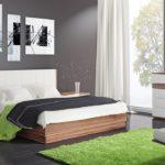 головой кровать стоит к стене