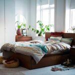 кровать с корзинкой на полу