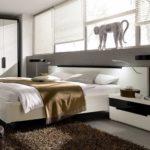 кровать со статуэткой обезьяны