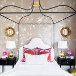 кровать с красными подушками