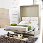 кровать с зеленым полосатым покрывалом
