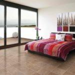 кровать с красным полосатым покрывалом