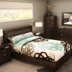 кровать в коричневом цвете