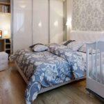 кровать с бело-голубыми узорами