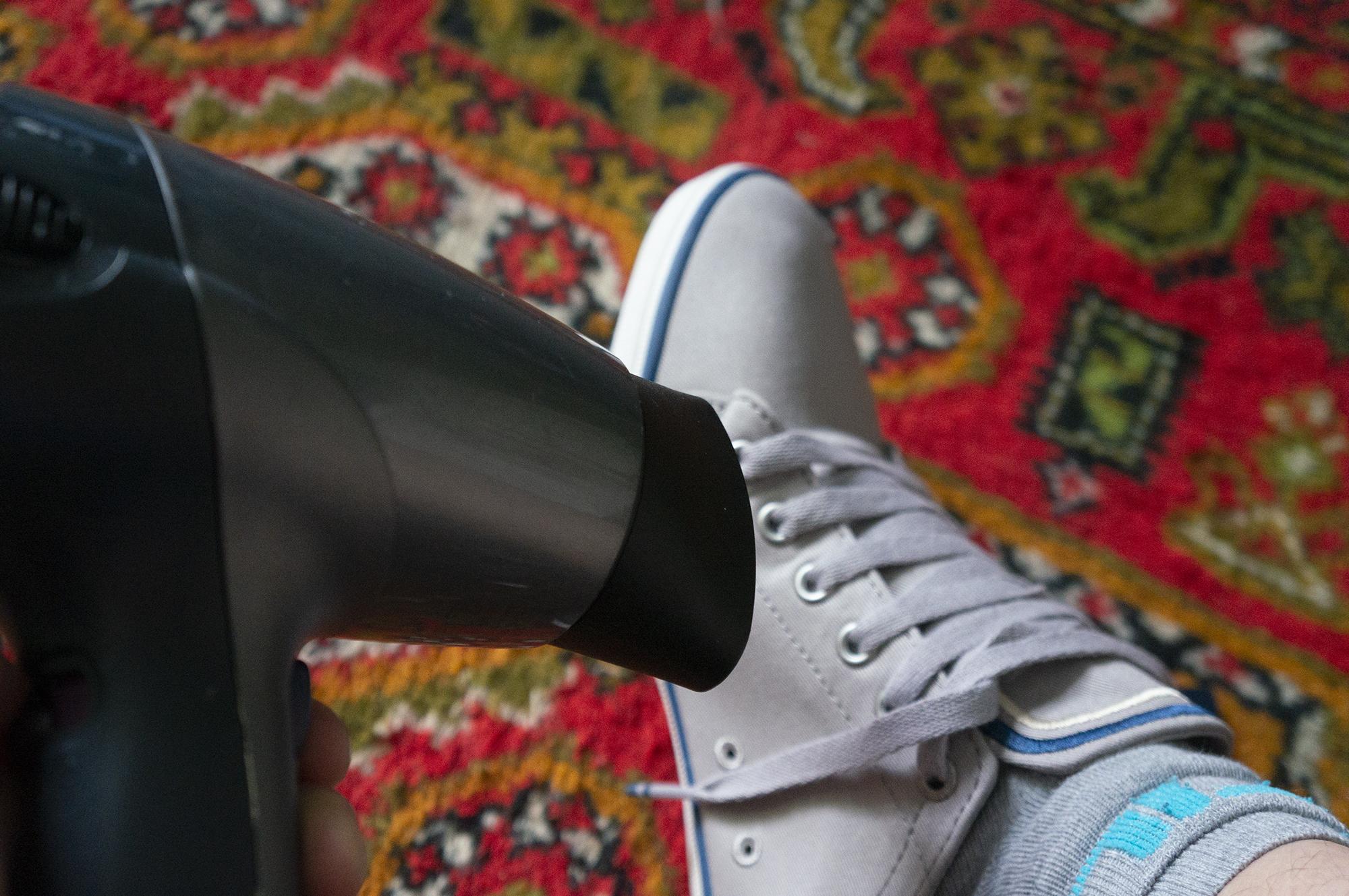 как растянуть кроссовки феном