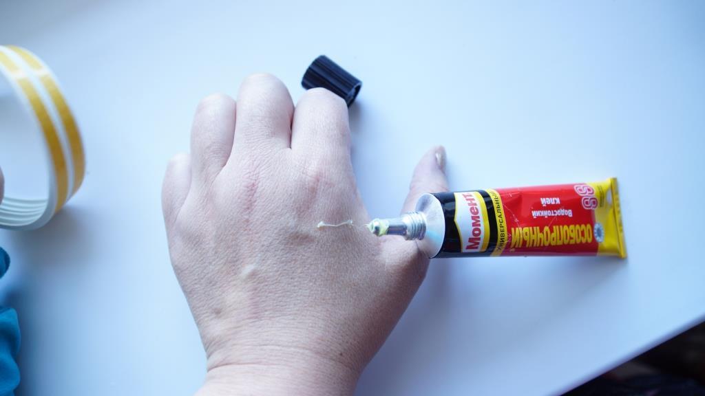 как удалить супер клей с рук