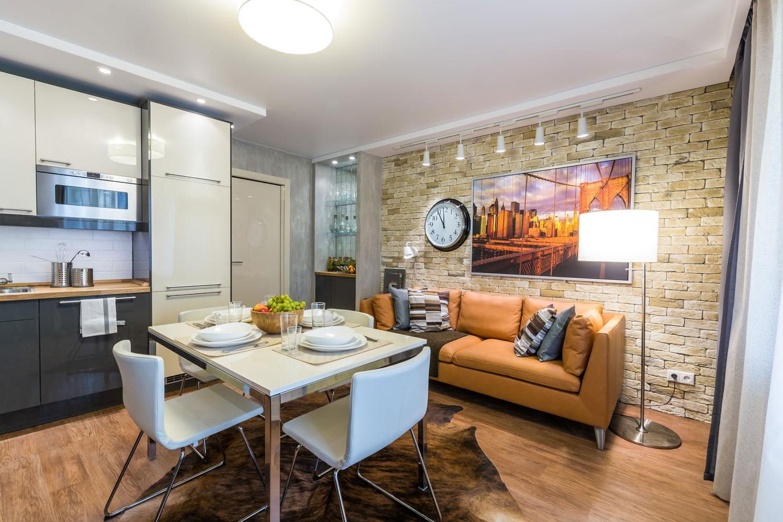 коричневый диван на кухне