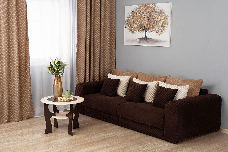 коричневый диван в спальне