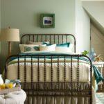 кованая кровать в дизайне интерьера