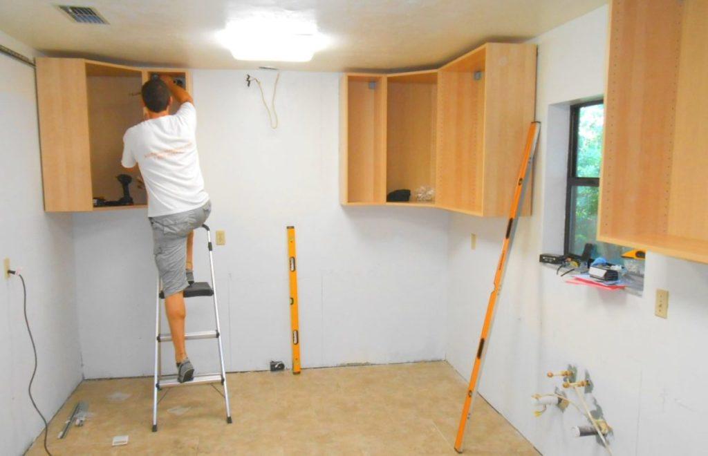крепление кухонных шкафов на планку своими руками