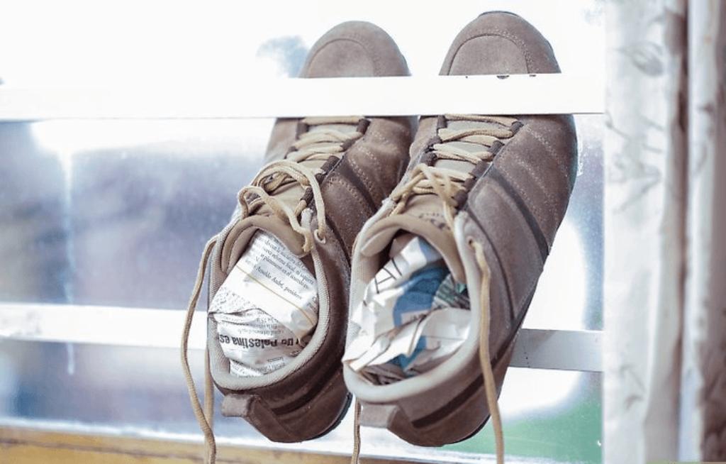 кроссовки набитые газетами