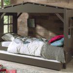 кровать-домик для детей коричневый