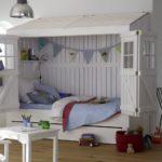кровать-домик для детей с флажками