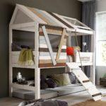 кровать-домик для детей полосатый