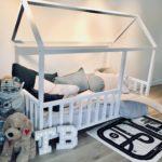 кровать-домик для детей с железной дорогой