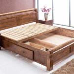 кровать из массива сосны оформление фото