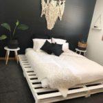 кровать из поддонов с макраме