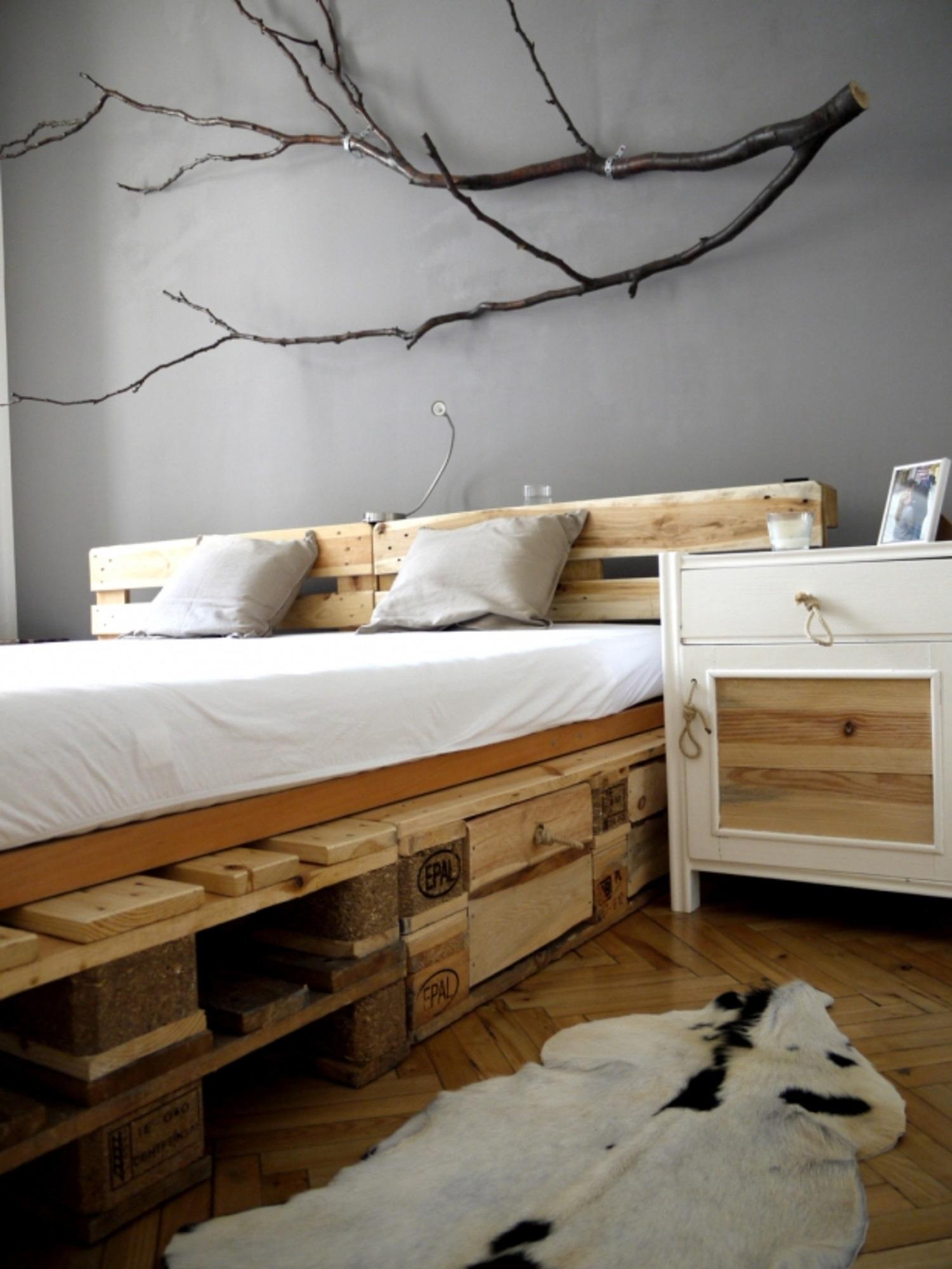 кровать из поддонов разного размера